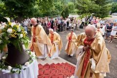 Knězové přichází do kostela