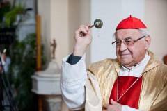Kardinál Miloslav Vlk kropí svěcenou vodou