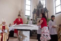 Pomocnice připravují oltář po jeho vysvěcení