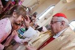 Kardinál Vlkem žehná dětem